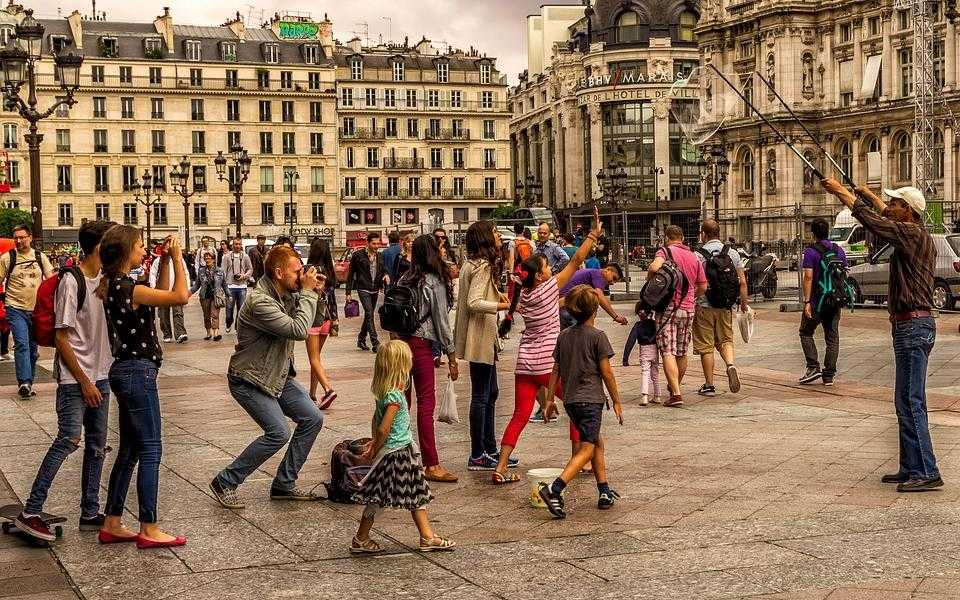 Touristes photographient Paris